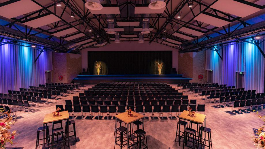 De zaal in seminar opstelling - evenementenlocatie De Veiling Poeldijk