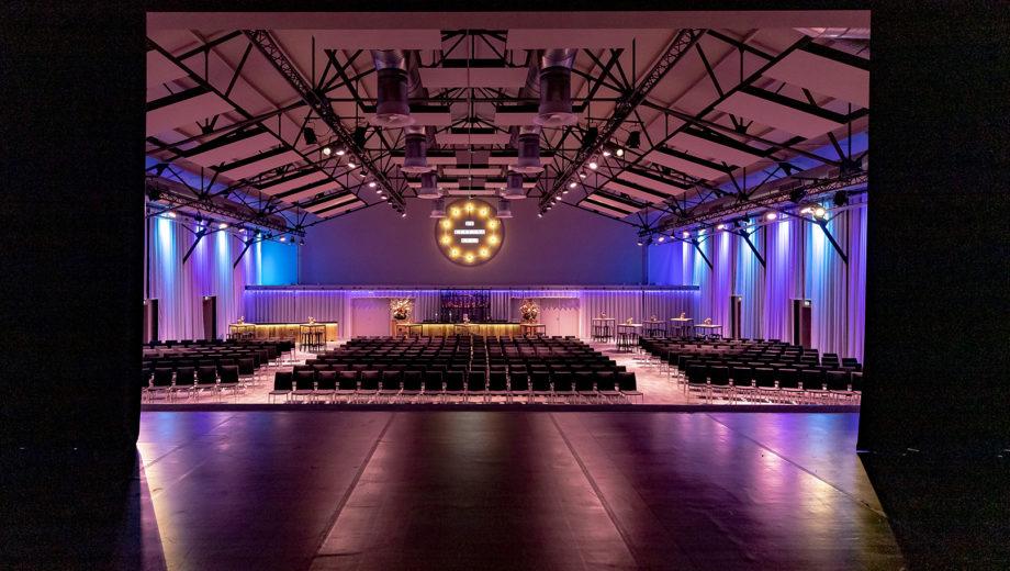 De zaal vanaf het podium gezien | evenementenlocatie De Veiling Poeldijk