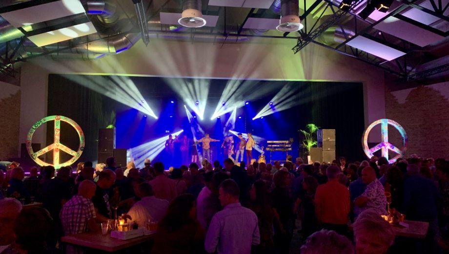 De Woodstock Tribute Night in evenementenlocatie De Veiling Poeldijk