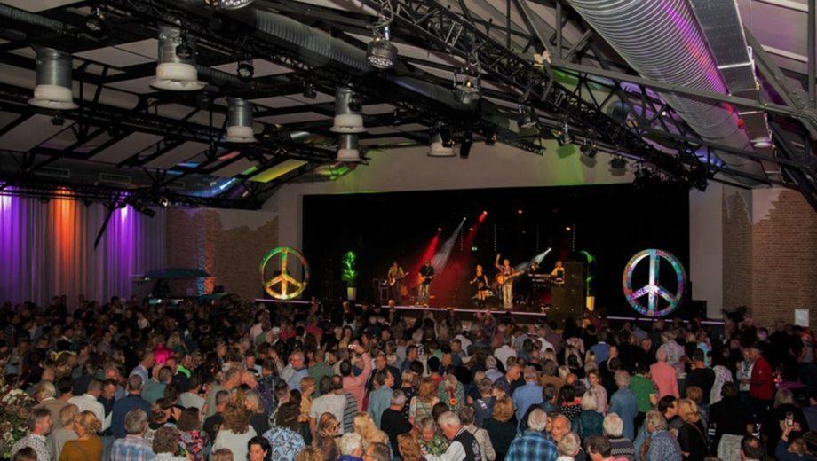 De Woodstock Tribute Night in evenementenlocatie De Veiling in Poeldijk
